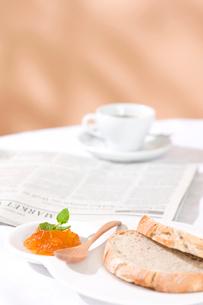 パンとマーマレードジャムの写真素材 [FYI01455631]