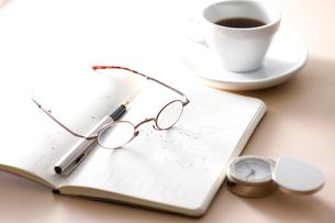 ノートと眼鏡とコーヒーの写真素材 [FYI01455652]