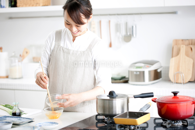 キッチンで料理をする女性の写真素材 [FYI01455743]