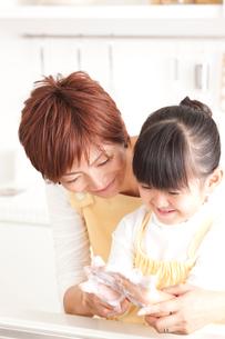 ハンドソープで手洗いをする母娘の写真素材 [FYI01455757]