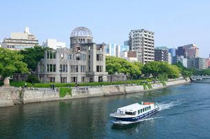 元安川のリバークルーズ船と原爆ドームの写真素材 [FYI01455763]
