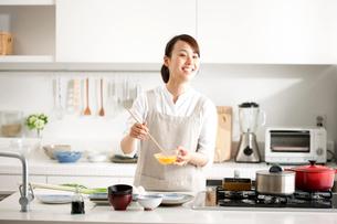 卵焼きを作る女性の写真素材 [FYI01455767]