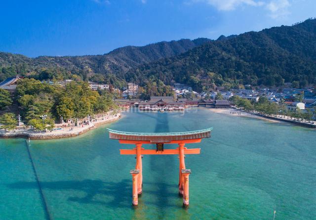 ドローンによる厳島神社と大鳥居の写真素材 [FYI01455770]