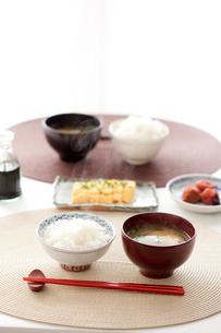 みそ汁と卵焼きと米と梅干しの写真素材 [FYI01455774]
