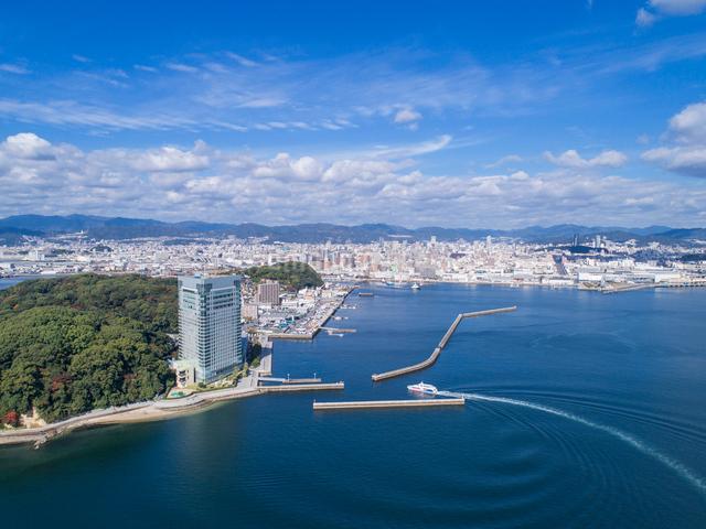 ドローンによるプリンスホテルと広島の街並みの写真素材 [FYI01455886]
