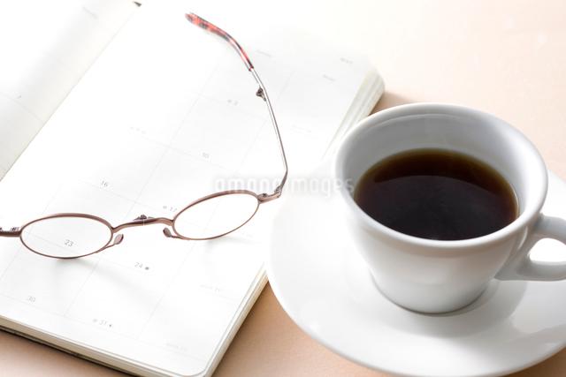 ノートと眼鏡とコーヒーの写真素材 [FYI01455916]