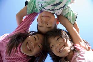 3人姉妹弟の笑顔の写真素材 [FYI01455937]
