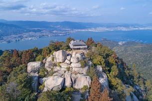 ドローンによる弥山山頂の展望台の写真素材 [FYI01455973]