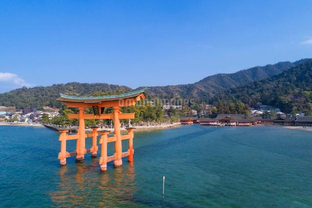 ドローンによる厳島神社と大鳥居の写真素材 [FYI01455988]