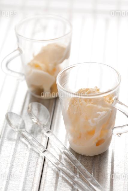 コップに入ったバニラアイスの写真素材 [FYI01455990]