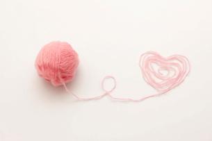 ピンクの毛糸とハートの写真素材 [FYI01455998]