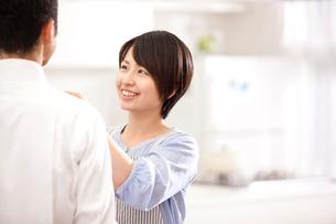 男性のネクタイをしめる日本人女性の写真素材 [FYI01456044]