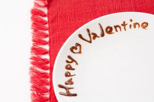 丸いお皿にかかれたデコレーションハッピーバレンタインの写真素材 [FYI01456069]