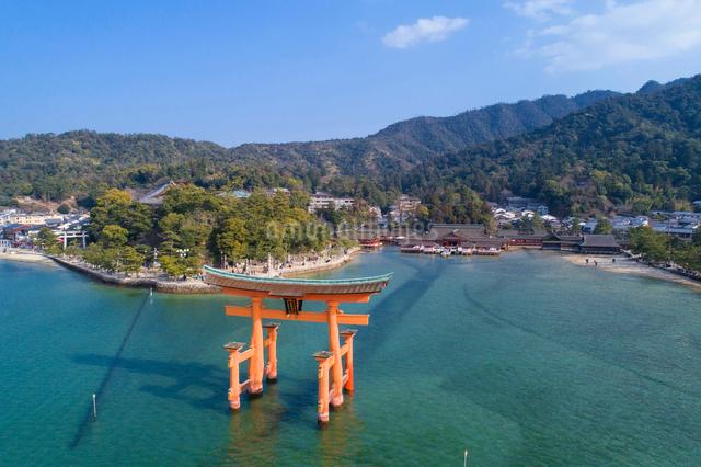 ドローンによる厳島神社と大鳥居の写真素材 [FYI01456070]