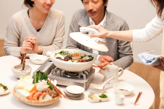 鍋を囲む家族の写真素材 [FYI01456078]