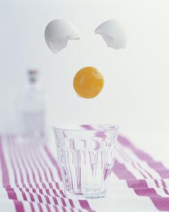 卵黄の落下の写真素材 [FYI01456106]