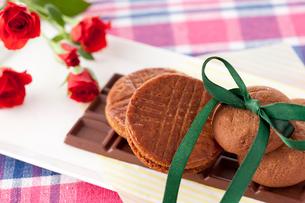 チョコレートお菓子と赤いバラの写真素材 [FYI01456108]