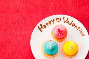 ハッピーバレンタインとカラフルカップケーキの写真素材 [FYI01456123]