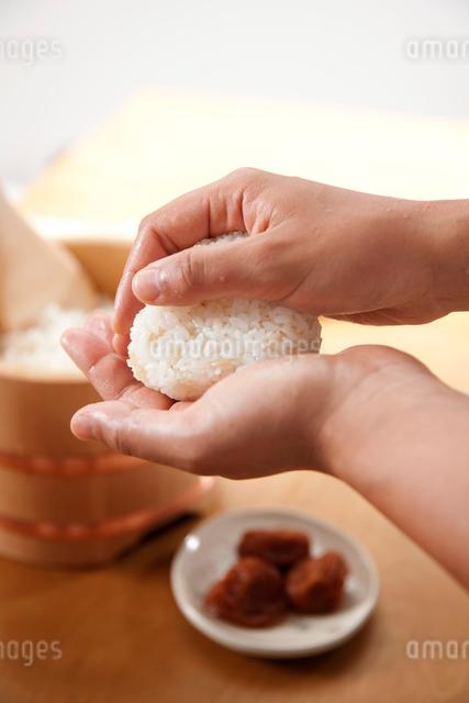 おにぎりを握る手の写真素材 [FYI01456158]