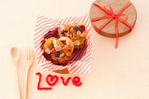 丸い箱入りのカラフルクッキーの写真素材 [FYI01456202]