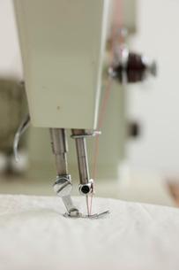 古いミシンと白い布の写真素材 [FYI01456206]