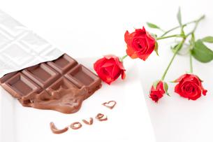 板チョコレートと赤いバラ「LOVE」の写真素材 [FYI01456211]