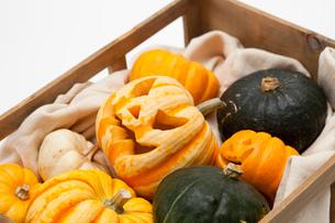 木箱に入ったハロウィンかぼちゃ達の写真素材 [FYI01456224]