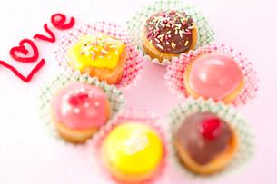 カラフルカップケーキ「LOVE」の写真素材 [FYI01456267]