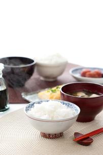 ご飯とみそ汁と卵焼きと梅干しの写真素材 [FYI01456302]