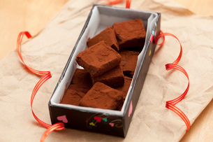 手作り生チョコプレゼントボックスの写真素材 [FYI01456338]