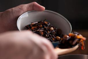 ひじきと大豆の煮物をよそうの写真素材 [FYI01456344]