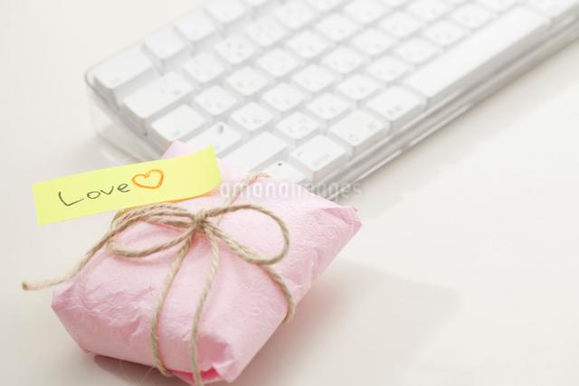 オフィスでのバレンタインプレゼントの写真素材 [FYI01456345]