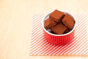 赤いココットに手作り生チョコの写真素材 [FYI01456353]