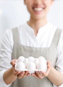 卵を持つ女性の写真素材 [FYI01456360]