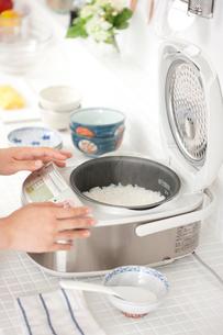 炊飯器を開ける手元の写真素材 [FYI01456365]