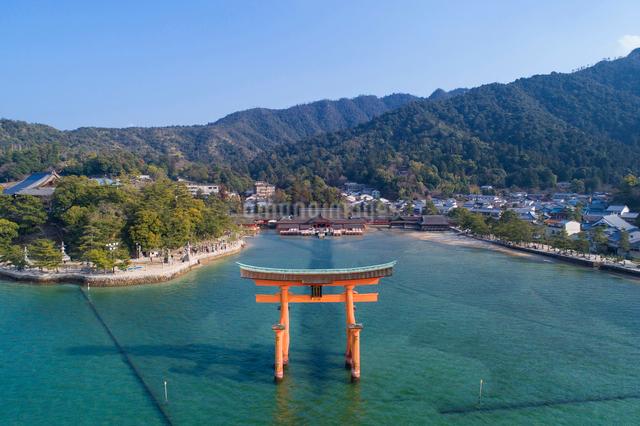 ドローンによる厳島神社と大鳥居の写真素材 [FYI01456390]