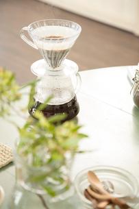 女子会でコーヒーを淹れるの写真素材 [FYI01456391]