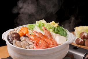 湯気が立つ海鮮鍋の写真素材 [FYI01456397]