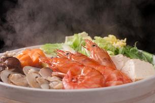 湯気が立つ海鮮鍋の写真素材 [FYI01456422]