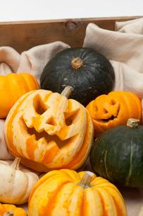 木箱に入ったハロウィンかぼちゃ達の写真素材 [FYI01456427]
