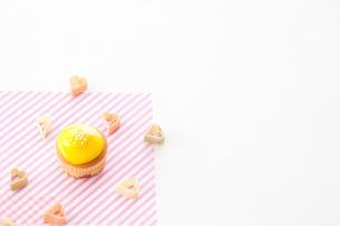 散りばめたハートときいろカップケーキの写真素材 [FYI01456436]