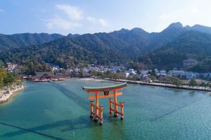 ドローンによる厳島神社と大鳥居の写真素材 [FYI01456460]
