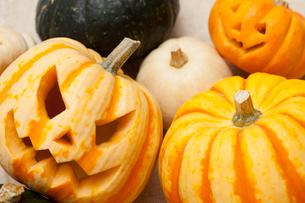 木箱に入ったハロウィンかぼちゃ達の写真素材 [FYI01456473]
