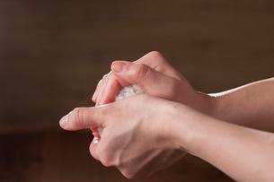 おにぎりをにぎる手の写真素材 [FYI01456500]