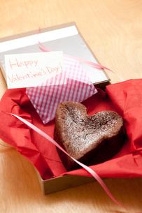 ハッピーバレンタインハートのガトーショコラの写真素材 [FYI01456501]