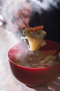 朝にできたての熱い豚汁を食べるの写真素材 [FYI01456514]