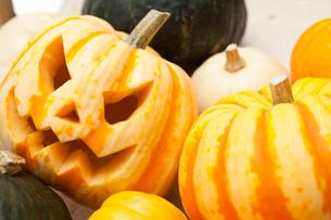 木箱に入ったハロウィンかぼちゃ達の写真素材 [FYI01456515]