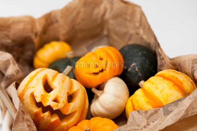 木箱に入ったハロウィンかぼちゃ達の写真素材 [FYI01456569]