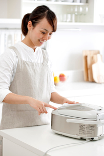 米を炊飯器に入れる女性の写真素材 [FYI01456592]