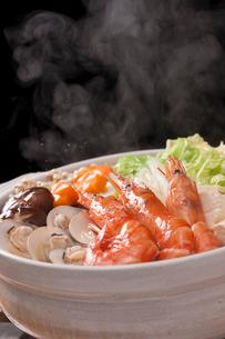湯気が立つ海鮮鍋の写真素材 [FYI01456598]